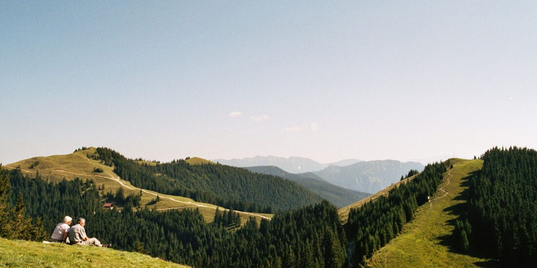 AL-Illu-Wanderer-Pause-Ausblick-gruene-Huegel-sanfte-Landschaft_joooo_pixelio (jpg)